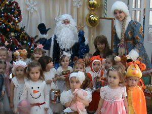 Малыши с Дедом Морозом и Снегурочкой