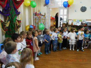 малыши поздравляют солдат